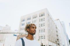 Молодой парень с dreadlocks в городском ЛА стоковые изображения
