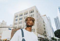 Молодой парень с dreadlocks в городском ЛА стоковая фотография
