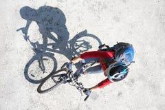 Молодой перемещать велосипедиста Стоковые Изображения