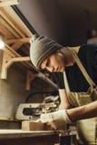 Молодой плотник делая метки на древесине стоковое фото rf