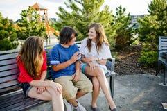 Молодой подросток имея потеху и говорить Стоковое Изображение RF