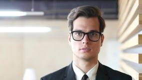 Молодой портрет бизнесмена, смотря камеру Стоковое Фото