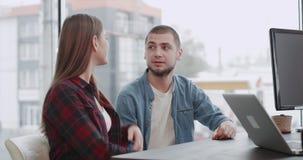 Молодой портрет пар в офисе имеет встречу с управляющим банком или риэлтор об их ипотеке они осторожно видеоматериал
