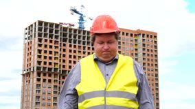 Молодой построитель говорит да Путем трясти его голову Работник говорит да, значащ ДА Строительная площадка акции видеоматериалы