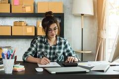 Молодой предприниматель, надомный труд владельца бизнеса подростка, альфа стоковое фото rf