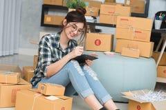 Молодой предприниматель, надомный труд владельца бизнеса подростка, альфа стоковая фотография rf