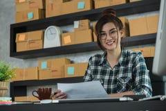 Молодой предприниматель, надомный труд владельца бизнеса подростка, альфа стоковое фото