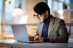 Молодой предприниматель сфокусированный на работе стоковые фотографии rf