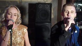 Молодой привлекательные человек и женщина поя на партии сток-видео