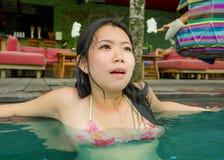 Молодой привлекательный и красивый азиатский корейский ослаблять женщины счастливый на тропическом плавании пляжного комплекса на стоковое фото rf