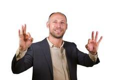 Молодой привлекательный и успешный бизнесмен усмехаясь счастливая и уверенная изолированная белая предпосылка давая в порядке пре стоковая фотография