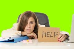 Молодой привлекательный унылый и отчаянный стресс страдания коммерсантки на предпосылке ключа croma зеленого цвета стола портатив Стоковые Изображения RF