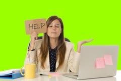Молодой привлекательный унылый и отчаянный стресс страдания коммерсантки на предпосылке ключа croma зеленого цвета стола портатив Стоковые Изображения