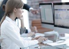 Молодой профессионал и команда дела обсуждая финансовые данные стоковые изображения rf