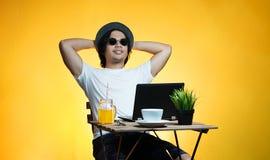Молодой профессионал наслаждаясь его праздником пока работающ на лете стоковая фотография rf