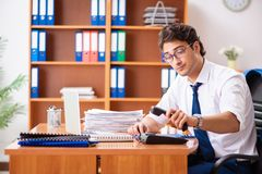 Молодой работник работая в офисе стоковое фото rf