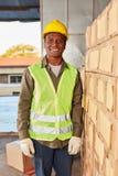 Молодой работник склада как стажер склада специалиста стоковое фото rf