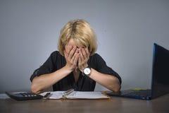 Молодой разочарованный и усиленный плакать бизнес-леди унылый на столе офиса работая при портативный компьютер сокрушанный workl  стоковое фото rf