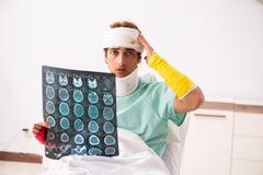 Молодой раненый человек оставаясь в больнице стоковое фото