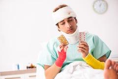 Молодой раненый человек оставаясь в больнице стоковые фото