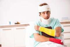 Молодой раненый человек оставаясь в больнице стоковые изображения