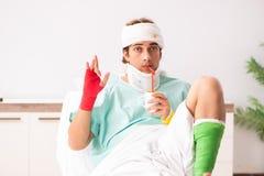 Молодой раненый человек оставаясь в больнице стоковое изображение
