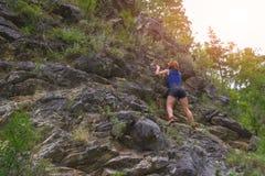 Молодой рыжеволосый альпинист девушки стоковые фото