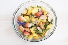 Молодой салат картошки с взглядом сверху зеленых фасолей от Стоковое Изображение RF