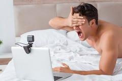 Молодой сексуальный человек в онлайн концепции датировка стоковая фотография rf