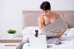 Молодой сексуальный человек в онлайн концепции датировка стоковые фотографии rf