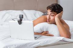 Молодой сексуальный человек в онлайн концепции датировка стоковое изображение rf