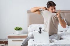 Молодой сексуальный человек в онлайн концепции датировка стоковое фото