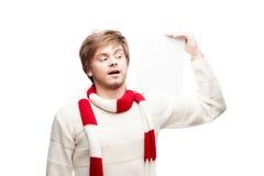 Молодой смешной знак удерживания человека Стоковая Фотография RF