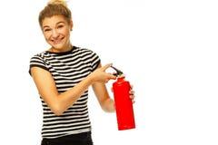 Молодой смешной красивый гаситель сдерживающего огня женщины над белизной стоковые изображения rf