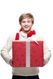 Молодой смешной подарок рождества удерживания человека Стоковое Изображение