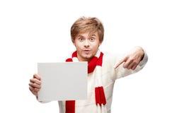 Молодой смешной человек указывая на знак стоковое изображение rf