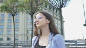 Молодой стильный студент идя на улицу города, наслаждаясь весенним днем, воссоздание акции видеоматериалы