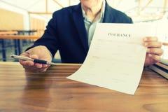 Молодой страховой инспектор бизнесмена Стоковая Фотография