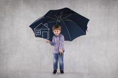 Молодой страховой инспектор под зонтиками, защищает ваше свойство стоковое изображение rf