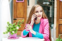 Молодой студент говорит телефоном в кафе Образ жизни концепции, Trav Стоковая Фотография RF