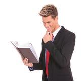 Молодой студент читая книгу закона Стоковые Изображения RF