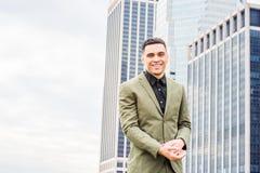Молодой счастливый американский путешествовать бизнесмена, работая в Нью-Йорке, Стоковые Фото