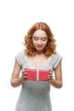 Молодой счастливый сь подарок удерживания девушки стоковое изображение rf