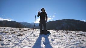 Молодой счастливый человек танцует смешное на горах зимы Танец Гая на фоне снежного ландшафта мыжской турист сток-видео