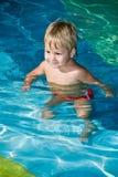 Молодой сь мальчик в плавательном бассеине Стоковые Фотографии RF