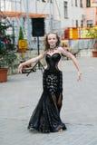 Молодой танцор в традиционном платье, молодая женщина танцуя арабский танец, группа улицы Девушка танцует публично Девушка внутри стоковые фотографии rf