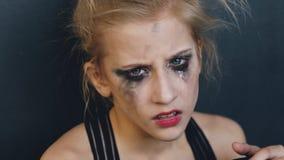 Молодой танцор девочка-подростка очень сердит и страдающ после того как отливка потери сидит на поле в студии танца внутри помеще Стоковое Изображение