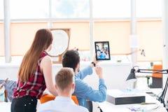 Молодой творческий метод мозгового штурма группы людей на встрече стоковая фотография rf