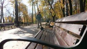 Молодой турист использует смартфон для обнаружения пути в парке города видеоматериал