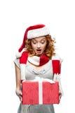 Молодой удивленный подарок рождества удерживания девушки Стоковое Фото